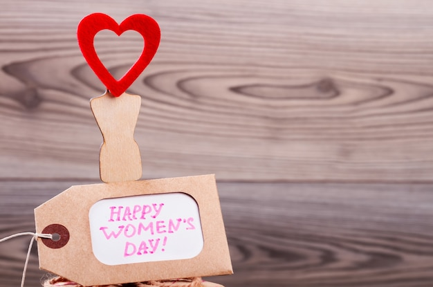 Karta etykiety szczęśliwy dzień kobiet. papier powitalny i serce. powiedz wiele komplementów paniom. dzień piękna.
