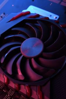 Karta graficzna do gier komputerowych, karta graficzna z dwoma chłodnicami na płytce drukowanej, płyta główna. zbliżenie. z czerwono-niebieskim oświetleniem.