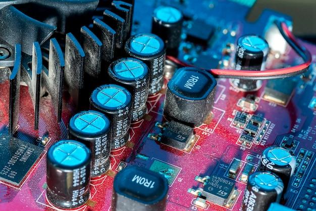 Karta graficzna komputera z mikroczipami na płycie głównej