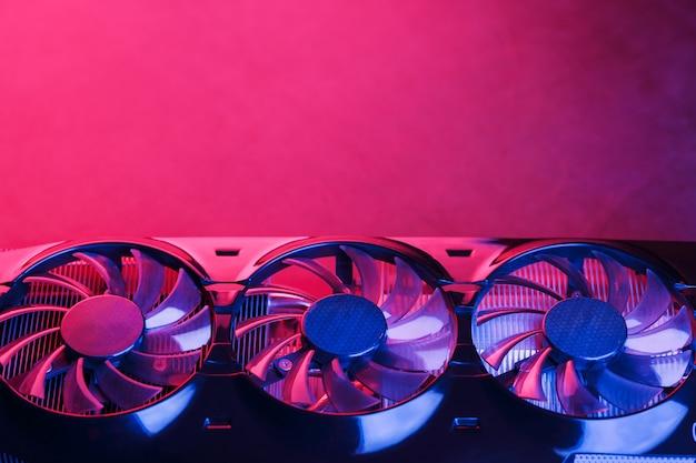 Karta graficzna z rzędem wentylatorów z cyjanowo fioletowym podświetleniem