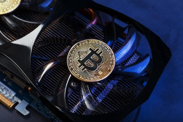 Karta graficzna ze złotą monetą bitcoin na chłodniejszym zbliżeniu