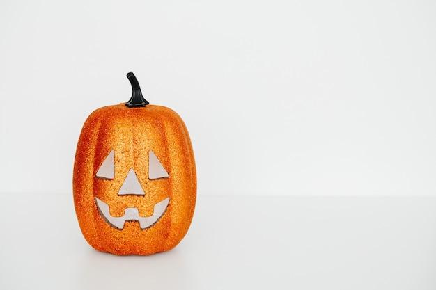 Karta halloween z dyni przerażającej twarzy na białym tle, kopia przestrzeń