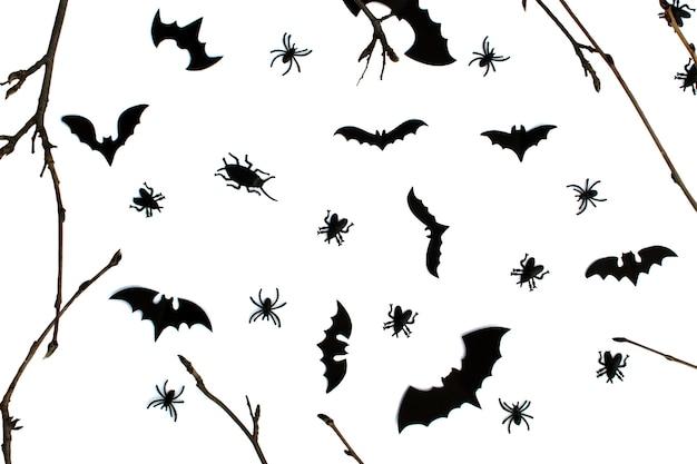 Karta helloween z nietoperzami, pająkami, karaluchami i gałęzią na białym