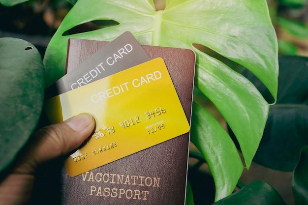 Karta kredytowa i paszport szczepień do podróży międzynarodowych