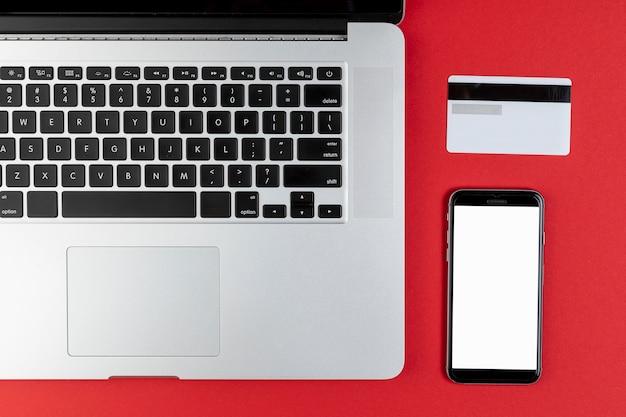 Karta kredytowa obok makiety telefonu