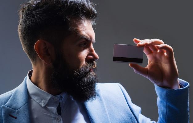 Karta kredytowa. pieniądze i finanse. biznesmen w garniturze z kartą kredytową. zapłata. koncepcja bankowości.