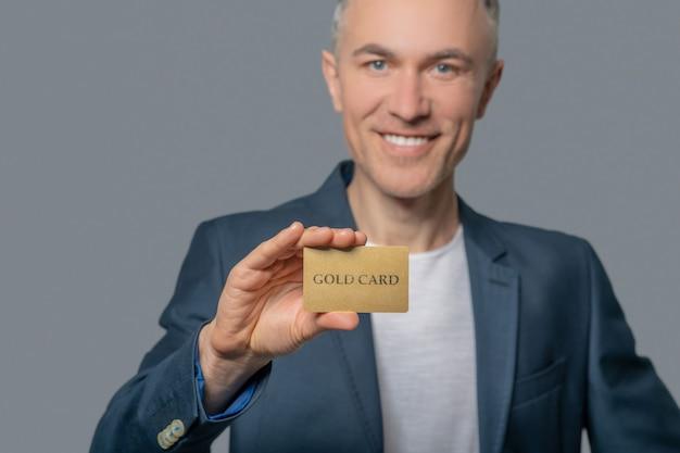 Karta kredytowa w ręku człowieka sukcesu