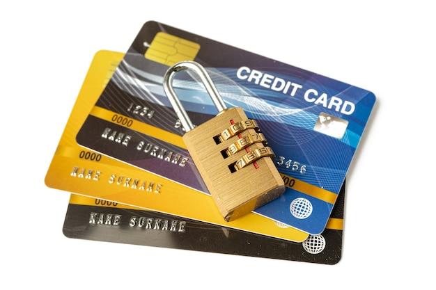 Karta kredytowa z blokadą hasła na białym tle.