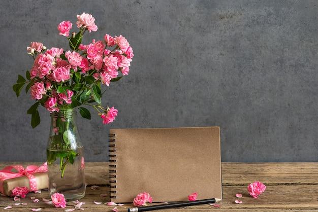 Karta papieru rzemiosła ślubu z bukietem różowych kwiatów róży w wazonie.
