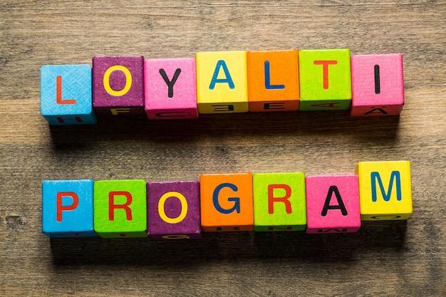 Karta programu lojalnościowego z kolorowym tłem z nieostrymi światłami