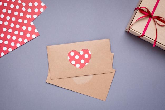 Karta serca i prezent w pudełku z satynową wstążką na szaro
