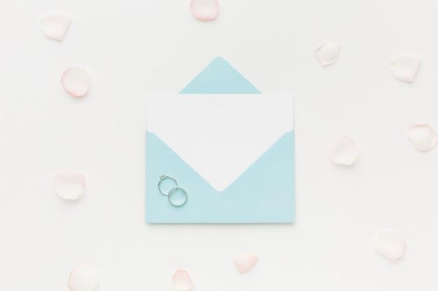 Karta ślubna i pierścionek zaręczynowy