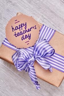 Karta szczęśliwy dzień nauczyciela. papier okolicznościowy i pudełko na prezent. pogratuluj swojemu nauczycielowi.