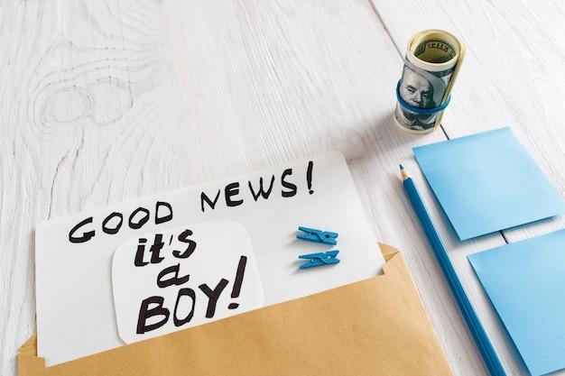 Karta to chłopiec z niebieskimi naklejkami, ołówkiem i pieniędzmi, zbliżenie