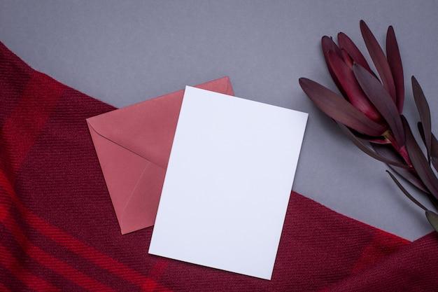 Karta upominkowa i bordowy okład na szaro