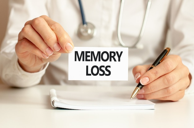 Karta utraty pamięci w rękach lekarza.