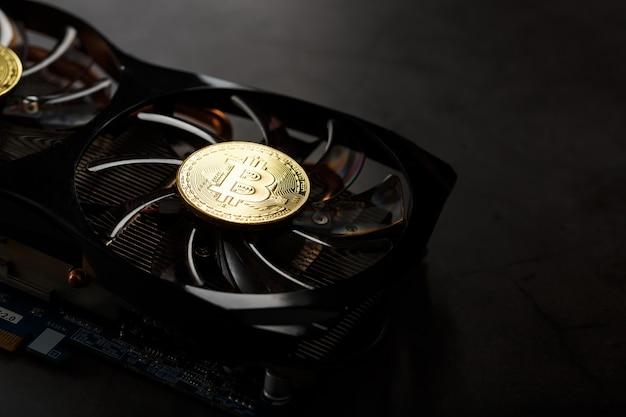 Karta wideo ze złotą monetą bitcoin na chłodniejszym zbliżeniu