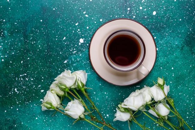 Karta z 8 marca na dzień kobiet z białymi kwiatami, słodyczami i filiżanką herbaty