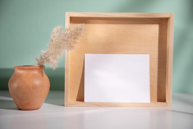 Karta z drewnem i trawą na stole