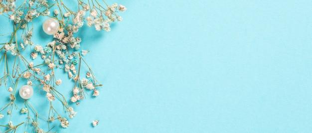 Karta z kompozycją kwiatową. kwiaty łyszczec w pastelowym niebieskim kolorze. leżał z płaskim, widok z góry, miejsce