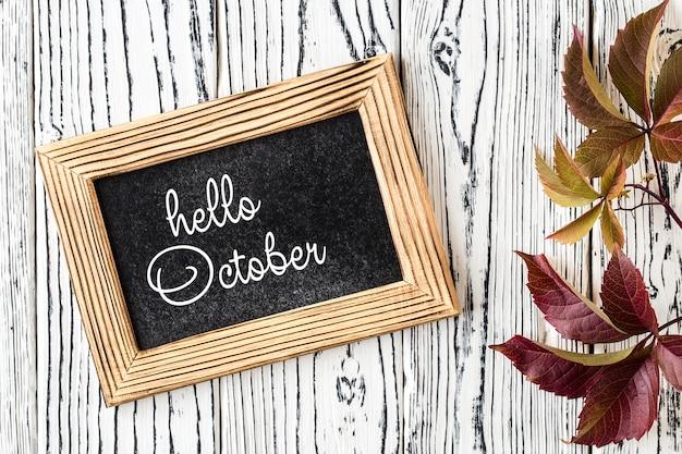 Karta z napisem hello październik. pojęcie sezonu jesiennego