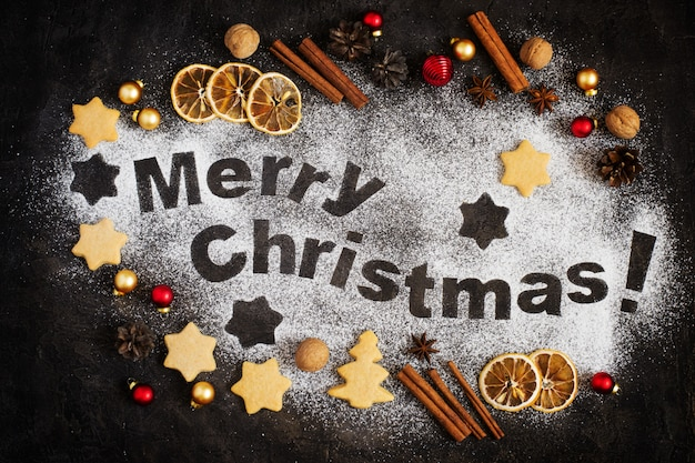 Karta z piernikiem, literami wesołych świąt i zabawkami świątecznymi