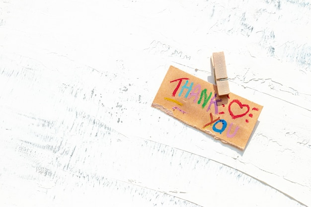 Karta z podziękowaniami na stole z białego drewna dla zespołu medycznego podczas epidemii covid-19