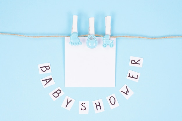 Karta zaproszenie na koncepcję baby shower. góra powyżej wysokiego kąta widoku zdjęcia pięknej uroczej słodkiej uroczej karty z miejscem na tekst imienia dziecka na białym tle na białym tle w pastelowym kolorze