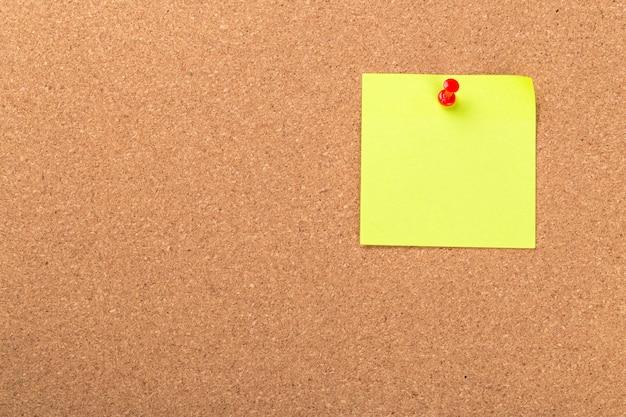 Karteczkę lub post znajduje się na tablicy ogłoszeń z korka