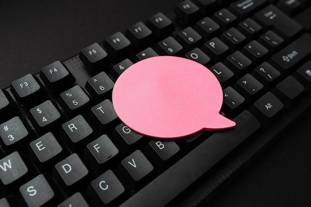 Karteczkę umieszczoną na klawiszach. notatki na klawiaturze, kształt chmury mowy widok z góry, notatki biznesowe praca biurowa w biznesie konfiguracja wyświetlania miejsca na tekst ..