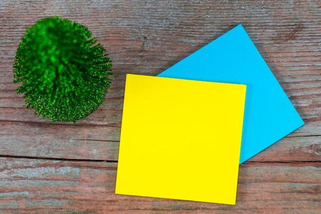 Karteczkę z pustym miejscem na tekst i choinkę na drewniane tła.
