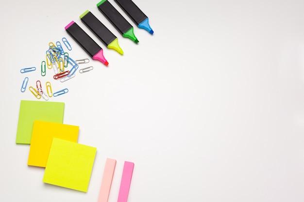 Karteczki, markery i spinacze do papieru