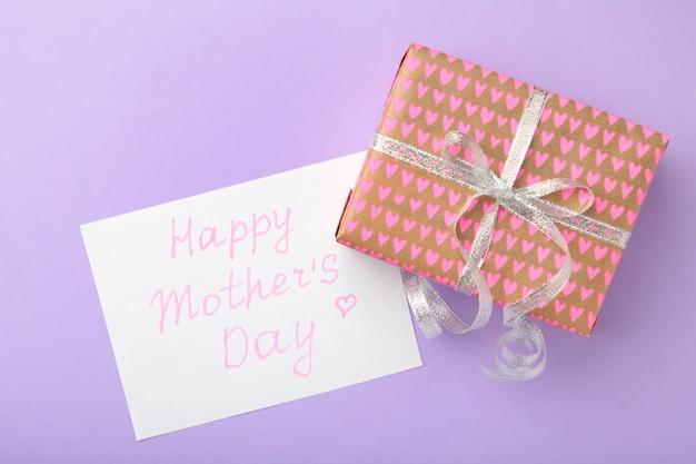 Kartka na dzień matki z prezentem. widok z góry