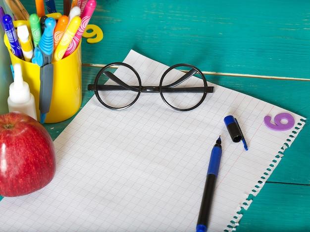 Kartka papieru i długopis wolne miejsce na tekst
