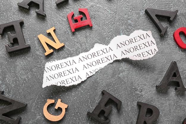 Kartka papieru z napisem anorexia na szarej powierzchni