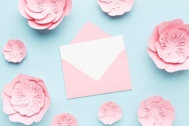 Kartka ślubna z elegancką dekoracją z kwiatowego papieru
