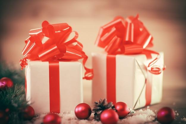 Kartka świąteczna. kolorowe pudełka z prezentami na boże narodzenie w tle .zdjęcie z miejscem na tekst