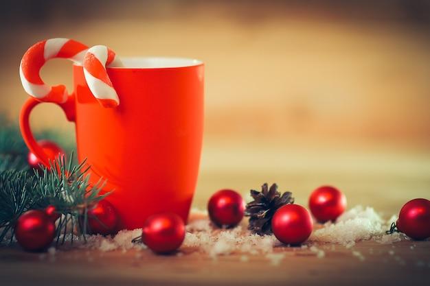 Kartka świąteczna. kubek świąteczny na boże narodzenie background.photo z miejscem na tekst