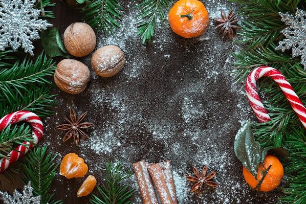Kartka świąteczna. mandarynki, orzechy, świerk, cukierki, gwiazda