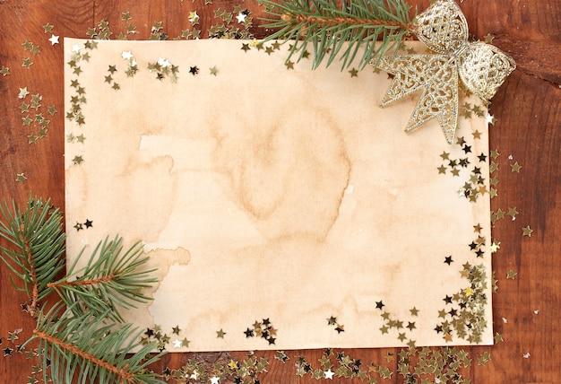 Kartka świąteczna na drewnianym stole