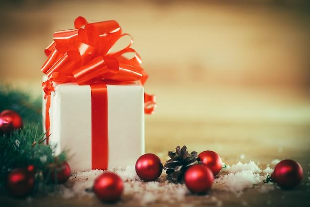 Kartka świąteczna. pudełko z prezentem na boże narodzenie w tle .zdjęcie z miejscem na tekst