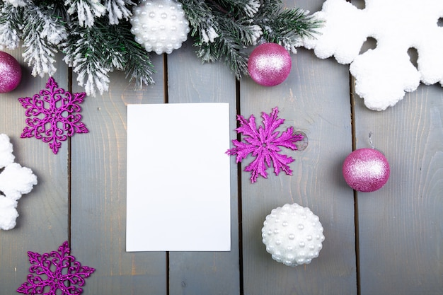 Kartka świąteczna, pusty papier. świąteczne ozdoby. leżał płasko.