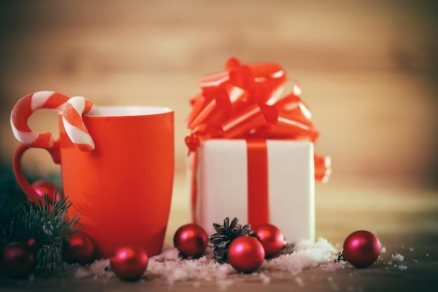 Kartka świąteczna. świąteczny kubek i prezent na boże narodzenie background.photo z miejscem na tekst