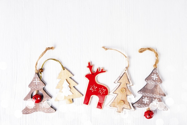 Kartka świąteczna. symbole bożego narodzenia na białym tle. skopiuj miejsce