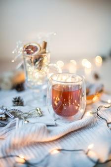 Kartka świąteczna z bożonarodzeniowym światłem miękki kubek ze światłami chrismas i tło nowego roku