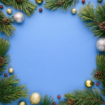 Kartka świąteczna z okrągłą ramką na niebieskim tle. nowy rok transparent z miejsca na kopię. widok z góry, układ płaski