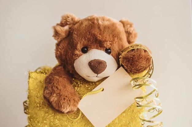 Kartka świąteczna z prezentami teddy bear.
