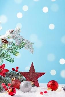 Kartka świąteczna z zdobioną gwiazdą i kulkami na jasnym tle. koncepcja świąteczna zima.