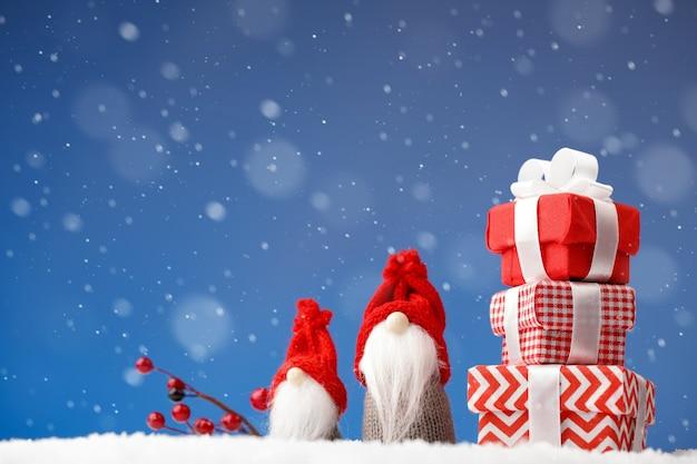 Kartka świąteczna z życzeniami noel krasnale drobne prezenty i gałąź jagód