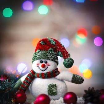 Kartka świąteczna. zabawka bałwan na boże narodzenie background.photo z miejscem na tekst